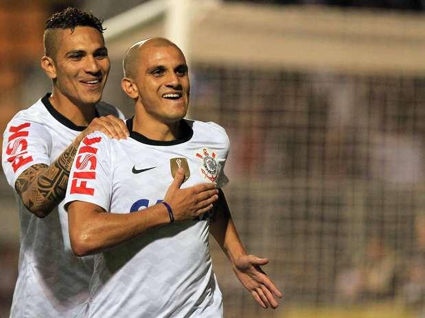 Fábio Santos comemora gol da virada do Corinthians no Pacaembu Foto: Wagner Carmo / Gazeta Press