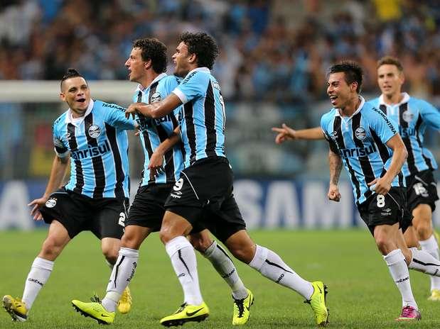 Grêmio conseguiu a vaga no Grupo 8 com golaço de Elano e vitória nos pênaltis Foto:  / AFP