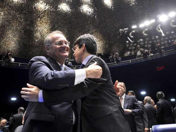 Renan Calheiros (PMDB-AL, esq.) abraça Randolfe Rodrigues (PSOL-AP) antes da eleição no Senado Foto: Geraldo Magela / Agência Senado