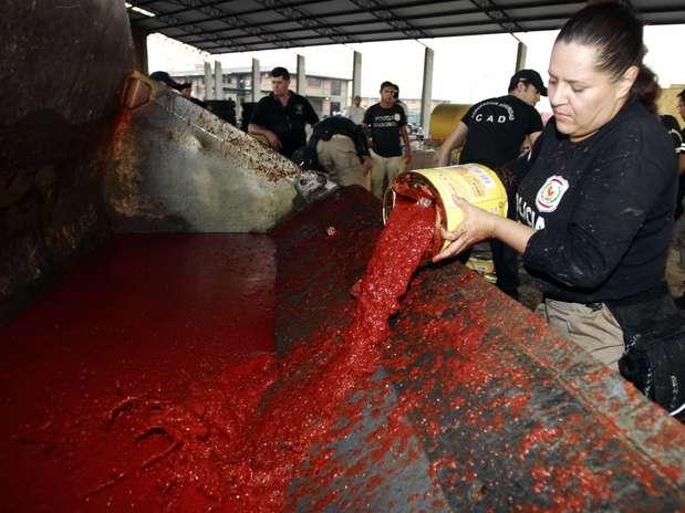 A polícia paraguaia encontrou nessa sexta-feira cerca de 350 kg de cocaína escondida em latas de extrato de tomate, prontas para serem exportadas para a Espanha, de acordo com o comissário Rufino Gill, chefe do Departamento de Narcóticos Foto: EFE