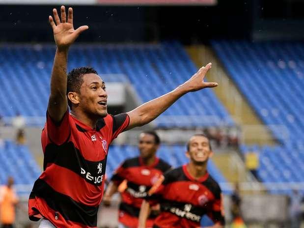 Hernane comemora gol na vitória do Flamengo sobre o Nova Iguaçu no Engenhão Foto: Rudy Trindade/Vipcomm / Divulgação