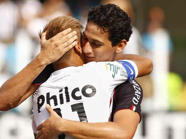 Grandes amigos, Neymar e Ganso se abraçam antes do clássico Foto: Ricardo Saibun / Gazeta Press