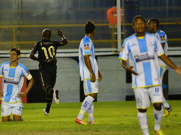 Seedorf fez três gols e levou o Botafogo à vitória sobre o Macaé de virada Foto: Bruno de Lima / Agência Lance