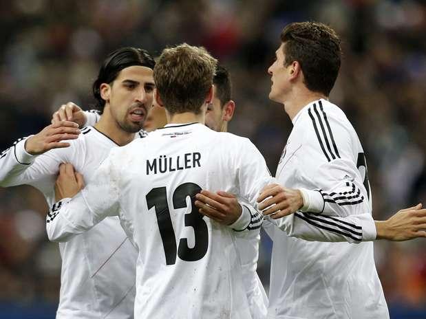 Com gols de Muller (de costas) e Khedira (à esq.), a Alemanha venceu a França por 2 a 1 de virada em Paris nesta quarta-feira Foto: AP