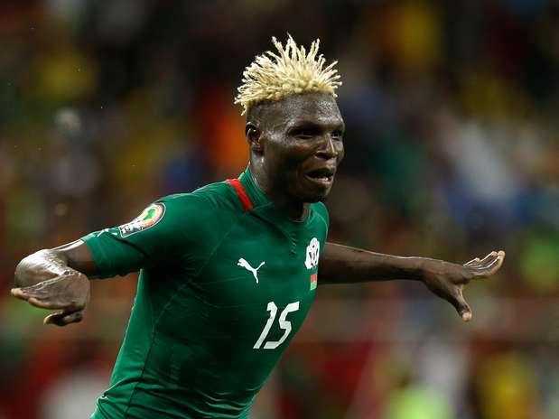 Herói da classificação burquinense, Aristide Bancé marcou o gol de empate e converteu seu pênalti Foto: AP