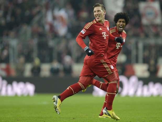 Schweinsteiger festeja com o brasileiro Dante, titular na vitória do Bayern Foto: AFP