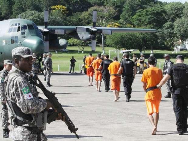 Policiais transferem presos considerados líderes dos ataques em várias cidades de santa Catarina Foto: James Tavares / Governo de SC / Divulgação