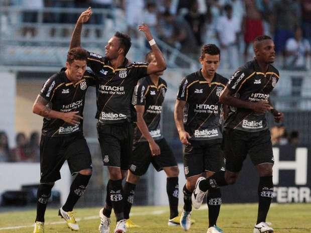 Ponte Preta seguiu líder do Campeonato Paulista com vitória sobre o Santos Foto: Célio Messias / Agência Lance
