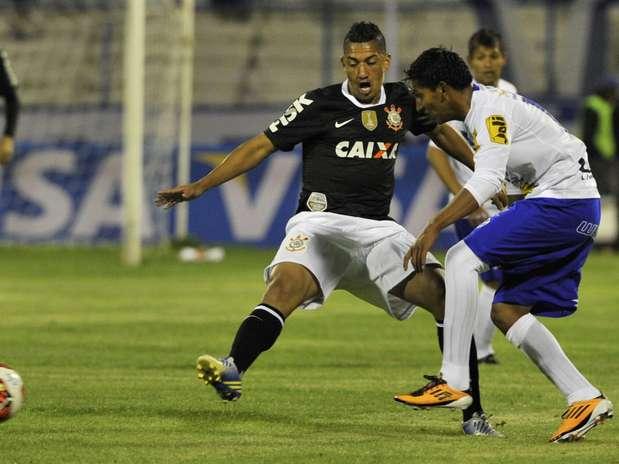 Atual campeão, time paulista saiu na frente, mas cedeu empate no segundo tempo Foto: AFP