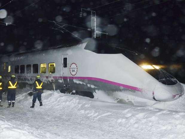Locomotiva do trem de alta velocidade Komachi saiu dos trilhos na linha Akita Shinkansen Foto: Reuters