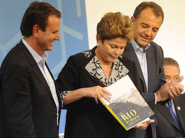 A presidente do Brasil ao lado de Eduardo Paes (à esquerda) e Sergio Cabral Foto: Daniel Ramalho / Terra