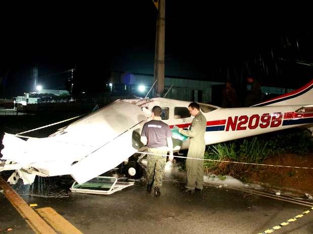 Avião de pequeno porte vindo dos Estados Unidos caiu na noite de segunda-feira em uma avenida de Manaus Foto: Edmar Barros / Futura Press