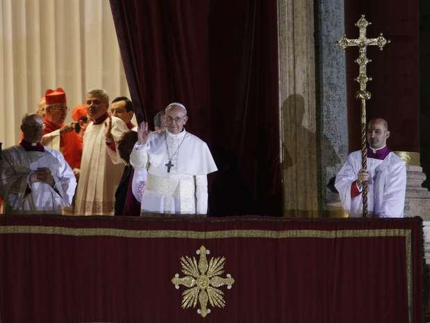 O papa Francisco aparece no balcão central da Basílica de São Pedro pela primeira vez como Sumo Pontífice Foto: AP