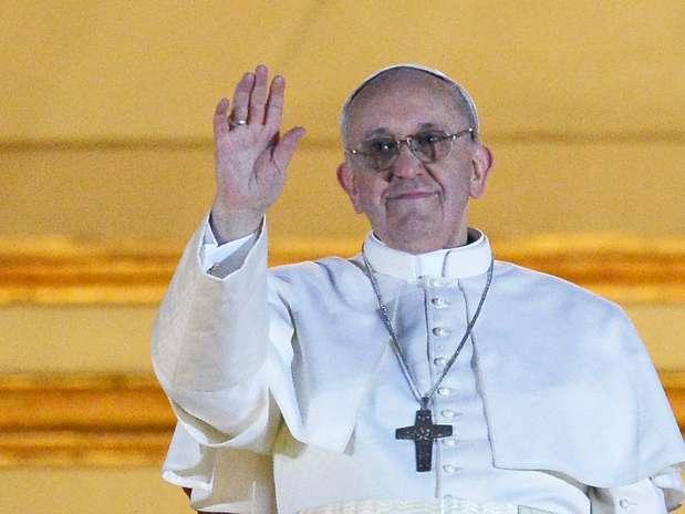 O papa Francisco faz seu primeiro pronunciamento para milhares de pessoas na Praça São Pedro após ser escolhido o novo líder da Igreja Católica Foto: AFP
