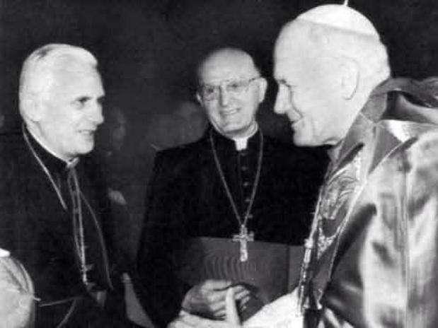 O cardeal Joseph Ratzinger (Bento XVI, esq.) cumprimenta o papa João Paulo II sob o olhar do argentino Jorge Mario Bergoglio (Francisco, centro). A data é desconhecida