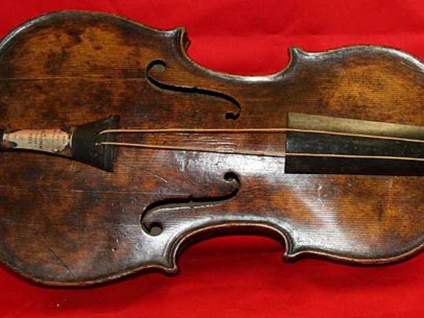 O violino do chefe de orquestra do Titanic foi encontrado em um sótão na Inglaterra Foto: AFP