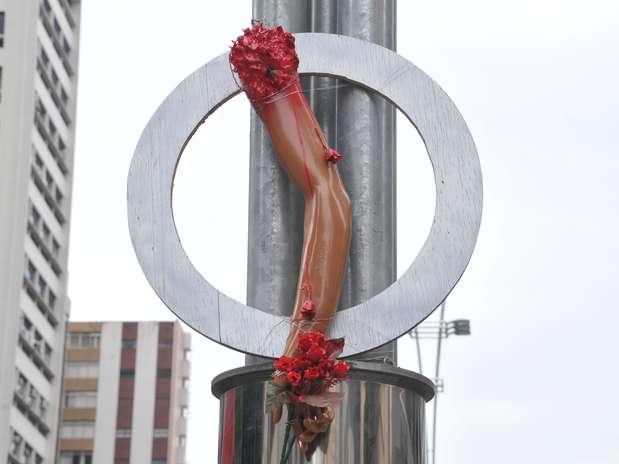 Prótese de braço simboliza o membro perdido pelo ciclista  David Souza dos Santos no último domingo Foto: J. Duran Machfee / Futura Press