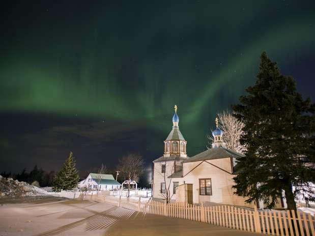 A Aurora Boreal embelezou o cenário do Alaska, ao fundo de uma igreja ortodoxa russa Foto: M. Scott Moon / AP