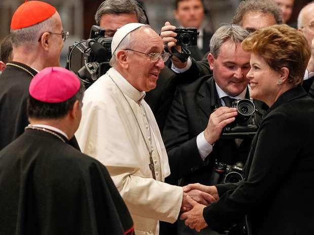 Dilma cumprimenta o papa Francisco após missa no Vaticano Foto: AP