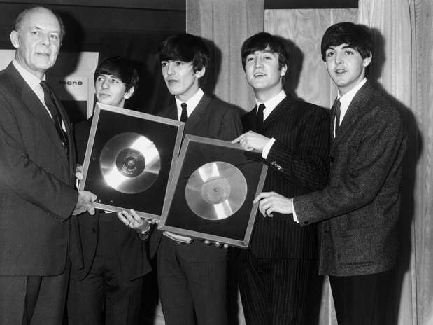 Joseph Lockwood, presidente da EMI, presenteia os Beatles com discos de prata por suas vendas com 'Please Please Me' e 'With The Beatles', em 18 de novembro de 63 Foto: Getty Images