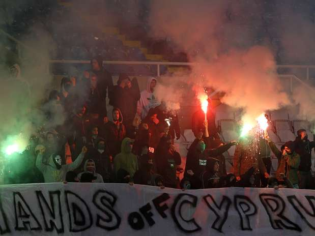 """Torcedores do Chipre exibem faixa com os dizeres """"deixem-nos sonhar"""" em inglês; país passa por grave crise econômica Foto: AFP"""
