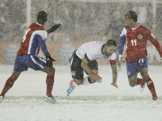 Sob neve em Denver, Dempsey fez o gol da vitória americana pelas Eliminatórias para a Copa do Mundo Foto: EFE