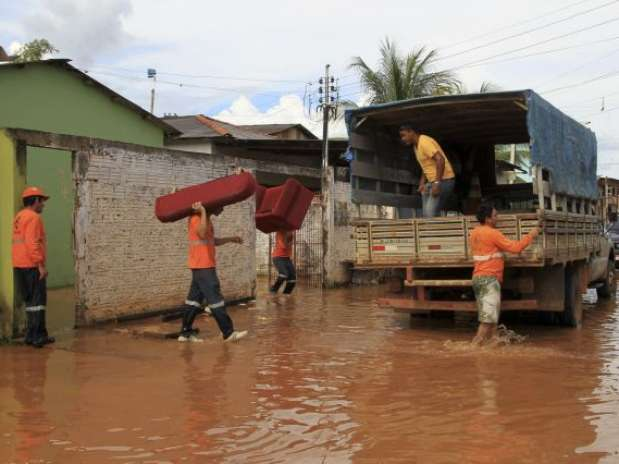 Pertences de moradores são removidos após enchente em Rio Branco Foto: PMRB / Divulgação