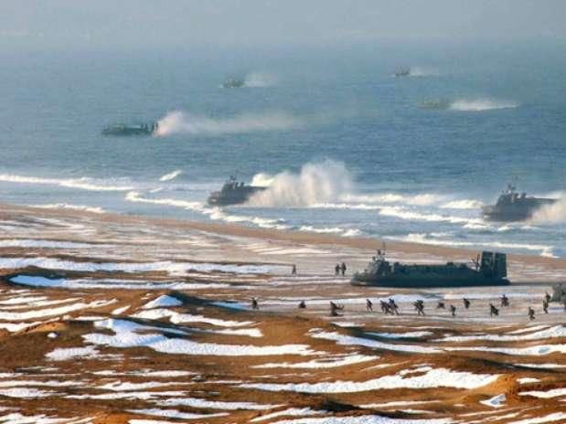 Imagem original mostra 8 embarcações se aproximando de praia Foto: The Guardian / AFP
