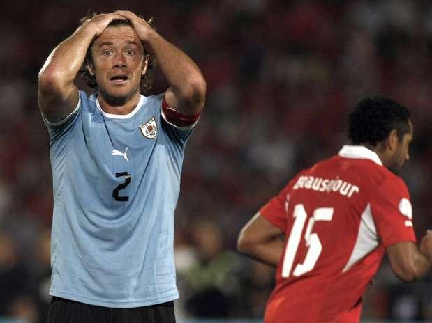 Diego Lugano se desespera com pênalti não assinalado pela arbitragem na derrota do Uruguai para o Chile Foto: AP