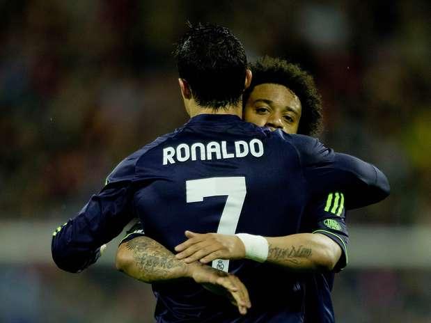 Cristiano Ronaldo é abraçado por Marcelo após fazer o gol do Real Madrid em empate com o Zaragoza Foto: Getty Images