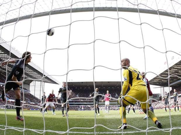 Autor de um gol, Gerrard salva bola em cima da linha e evita tropeço do Liverpool Foto: Reuters