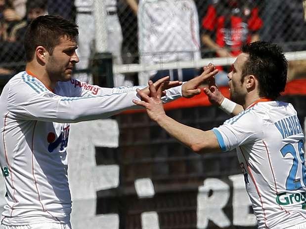 Gignac (à esq.) é cumprimentado por Valbuena após marcar gol Foto: Reuters
