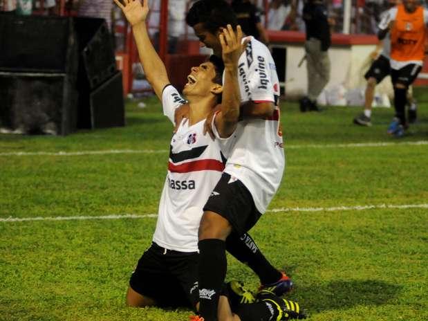 Natan e Dênis Marques marcaram os gols da vitória sobre o Náutico no Estádio dos Aflitos Foto: Aldo Carneiro / Agência Lance