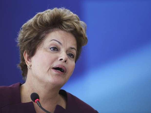 A ação acontece em meio à divulgação de propagandas partidárias de seus potenciais oponentes à Presidência da República em 2014 Foto: Ueslei Marcelino / Reuters