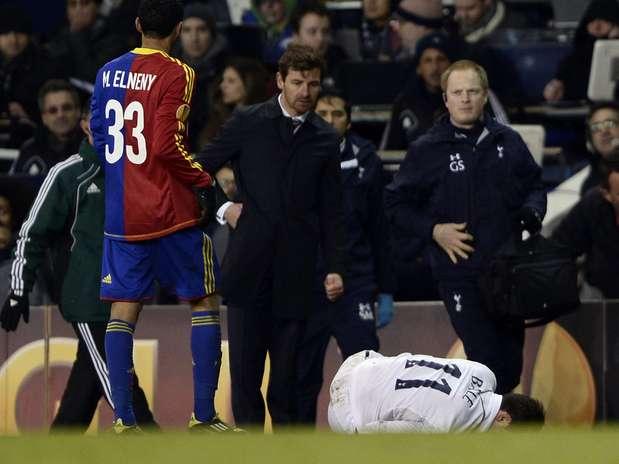 Gareth Bale sofreu torção feia no final do empate entre Tottenham e Basel Foto: Reuters