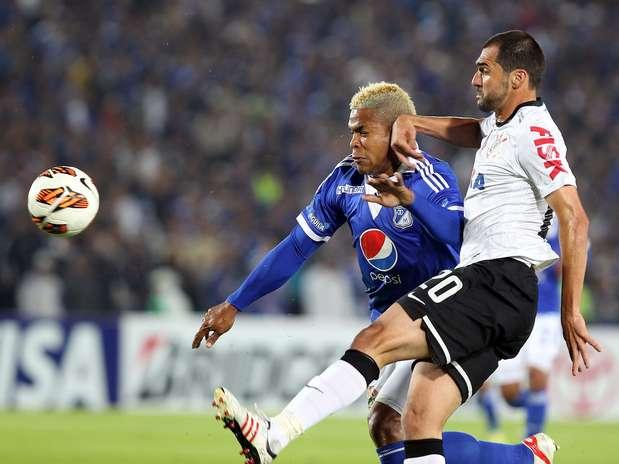 Danilo disputa bola com Torres; meia voltou a ser decisivo a favor do Corinthians Foto: EFE