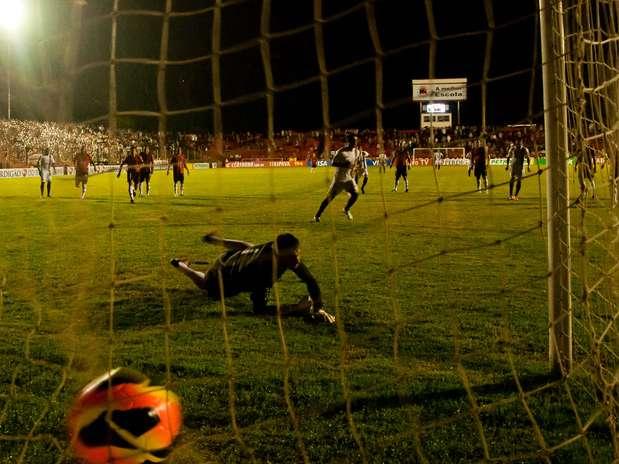 Gol de pênalti definiu o placar do jogo Foto: Diogo Sallaberry / Futura Press
