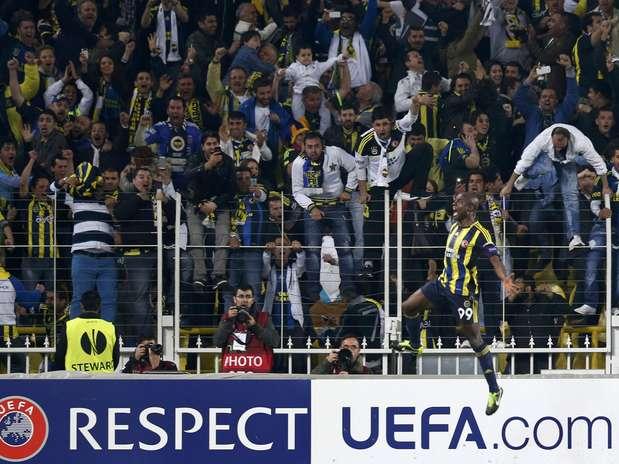 Webo comemora depois de abrir o placar da vitória do Fenerbahce sobre a Lazio Foto: Reuters