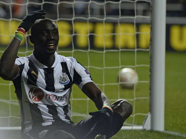 Cissé lamenta após ter gol anulado pela arbitragem Foto: Reuters