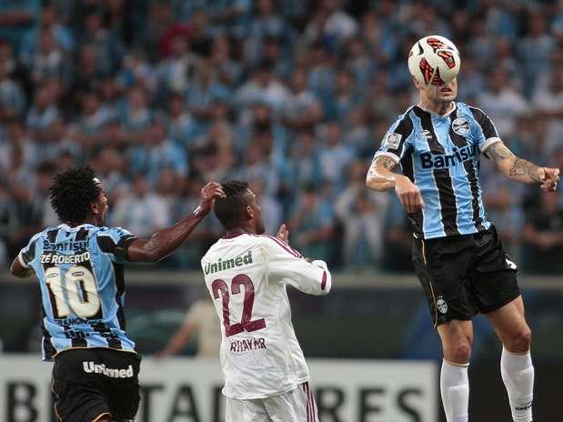 No primeiro tempo, Cris foi expulso e deixou Grêmio com um a menos; após o intervalo, Rhayner balançou as redes, mas arbitragem anulou Foto: EFE