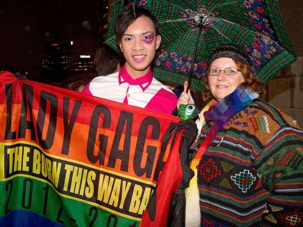 Ativistas dos direitos dos homossexuais aguardam pela decisão dos deputados em frente ao Parlamento, em Wellington Foto: AFP