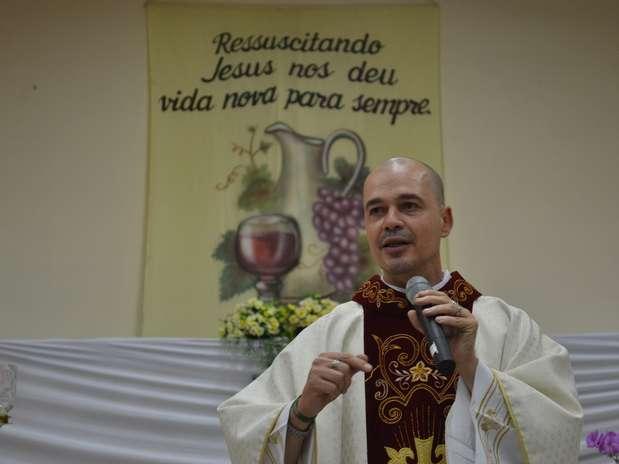 O padre Beto celebra sua última missa na paróquia de São Benedito, em Bauru Foto: Talita Zaparolli / Especial para Terra