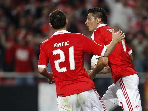 Cardozo (à dir.) aproveitou passe de Luisão para fazer o terceiro e decisivo gol do Benfica Foto: Reuters
