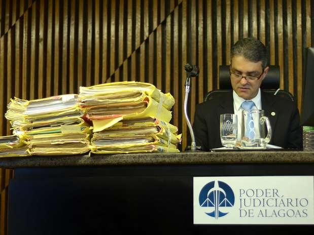 Juiz Maurício Breda confere os processos no Fórum de Maceió (AL), antes do julgamento dos quatro envolvidos na morte de PC Farias e da namorada, Suzana Marcolino Foto: Itawi Albuquerque / Futura Press