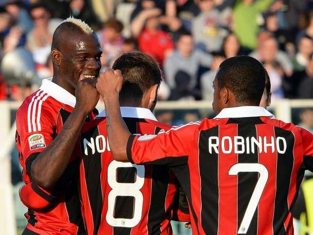 Balotelli marcou duas vezes e ajudou Milan a golear Pescara Foto: EFE