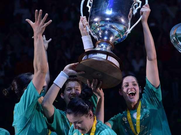 Duda Amorim (à direita) se tornou a primeira brasileira a conquistar a Champions de handebol Foto: AFP