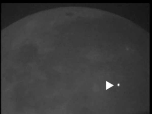 Nasa capturou o exato instante em que rocha colidiu com a superfície lunar, causando um flash de luz visível a olho nu Foto: Nasa / Reprodução