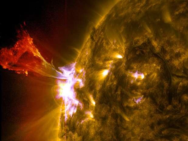 Explosão de material solar é registrada nesta erupção proeminente, em imagem divulgada pela Nasa neste mês Foto: Nasa / Divulgação