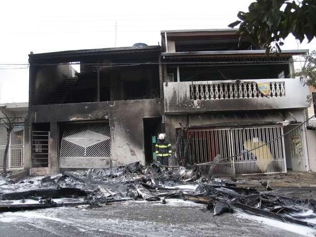 Avião de pequeno porte caiu sobre duas residências em Sorocaba, e deixou duas vítimas fatais na tarde desta quarta-feira Foto: Fernando Rezende / Futura Press