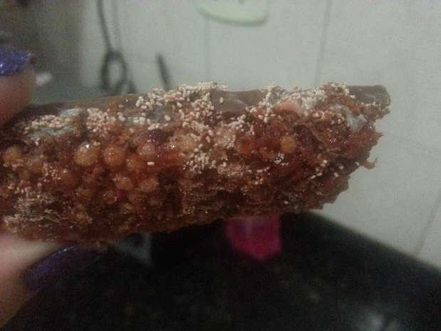 Larva foi encontrada por consumidora em barra de cereal da marca Trio na última segunda-feira, 27 Foto: Daniele Moraes / vc repórter